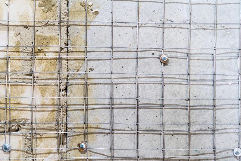膏药更好的黏附力的金属被焊接的滤网在墙壁上的 图库摄影