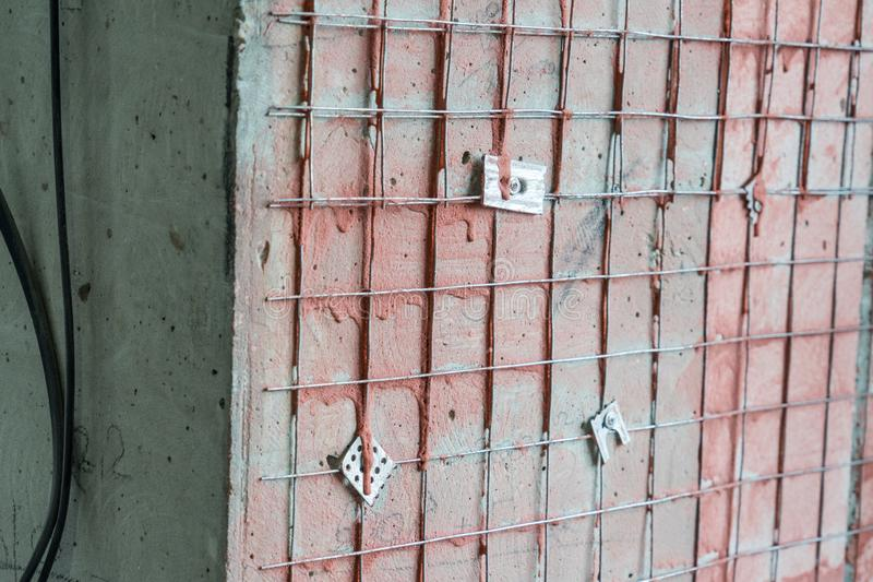 膏药更好的黏附力的金属被焊接的滤网在墙壁上的 免版税图库摄影