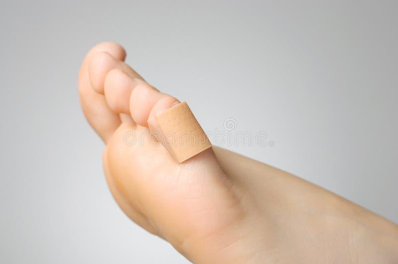 膏药的特写镜头在女性脚趾的 免版税图库摄影