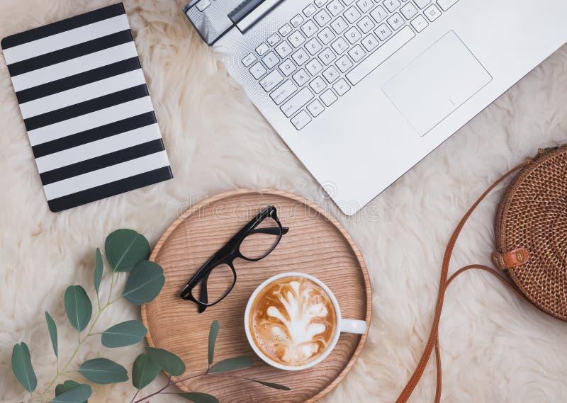 膝上型计算机、咖啡、glassses和其他辅助部件,顶视图 免版税库存照片