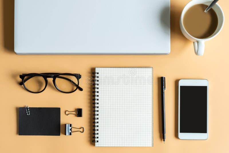 膝上型计算机、笔记本、巧妙的电话有咖啡的和拷贝空间 库存图片