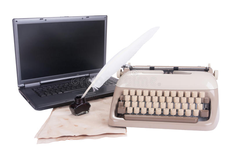 黑膝上型计算机、老打字机和羽毛笔到墨水池里 免版税图库摄影