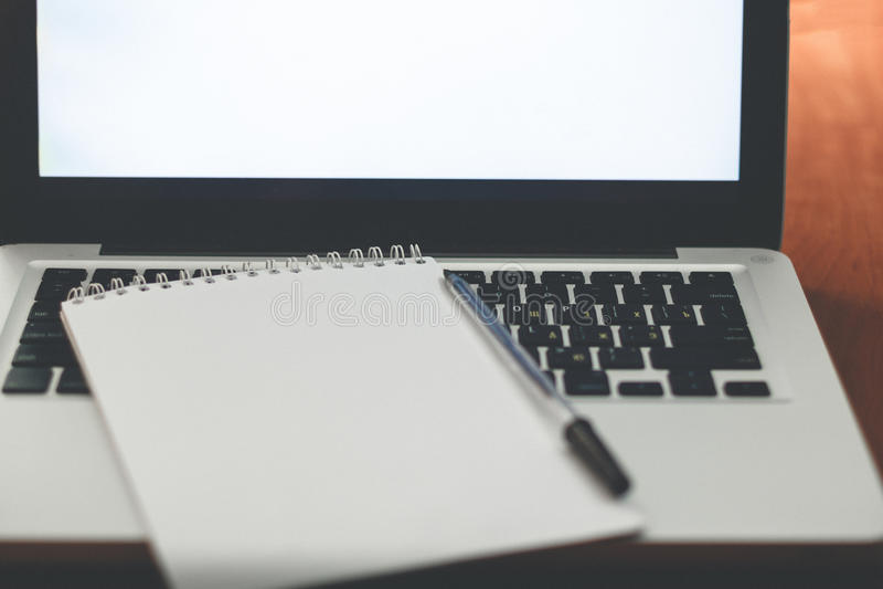 Download 膝上型计算机、银行卡和笔记本 库存图片. 图片 包括有 概念, 宏指令, 膝上型计算机, 财务, 赊帐, 服务台 - 72364673