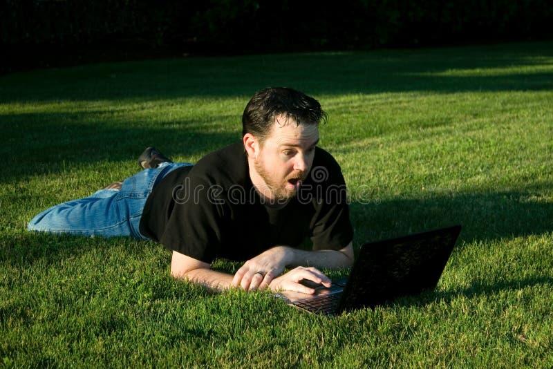 膝上型计算机人公园工作 免版税库存照片