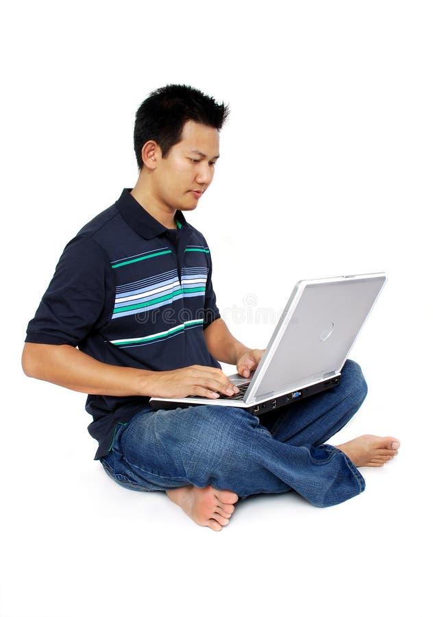 膝上型计算机人坐 免版税库存图片