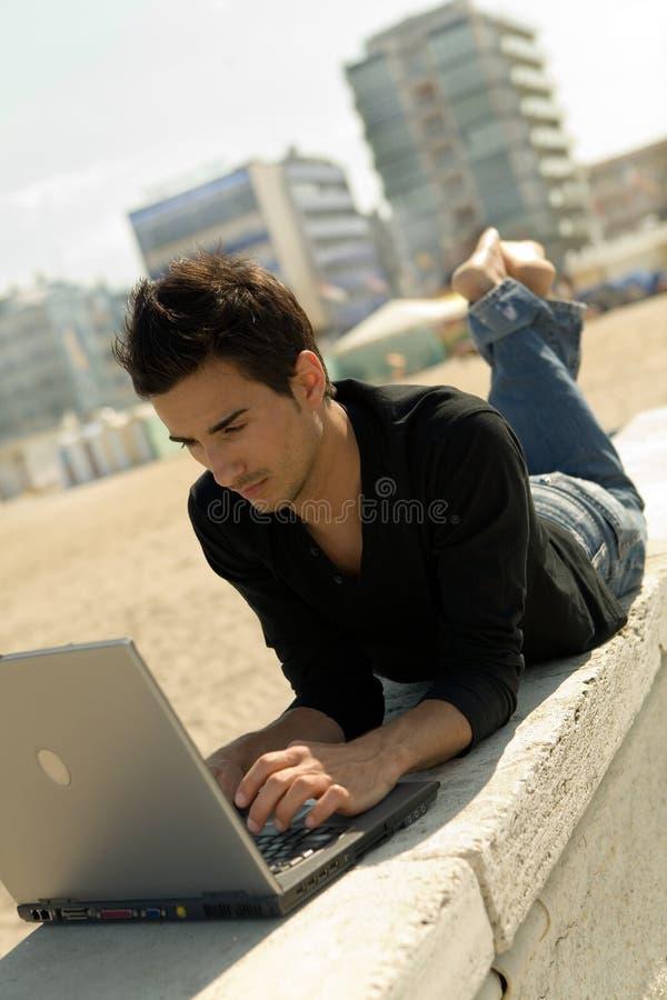 膝上型计算机人室外使用年轻人 免版税库存照片