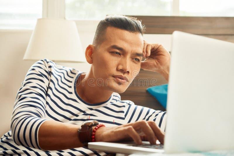 膝上型计算机人工作 库存照片