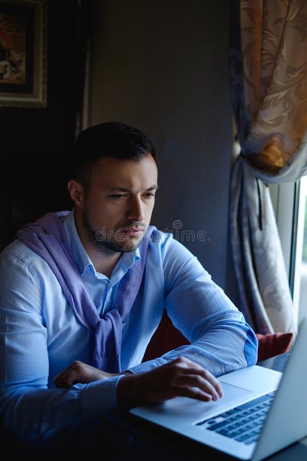 Download 膝上型计算机人工作 库存照片. 图片 包括有 总公司, 膝上型计算机, 读取, 计算机, 商业, 成人, 户内 - 72367506