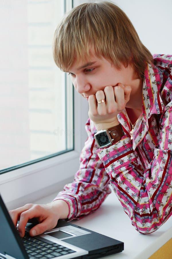 膝上型计算机供以人员 免版税图库摄影