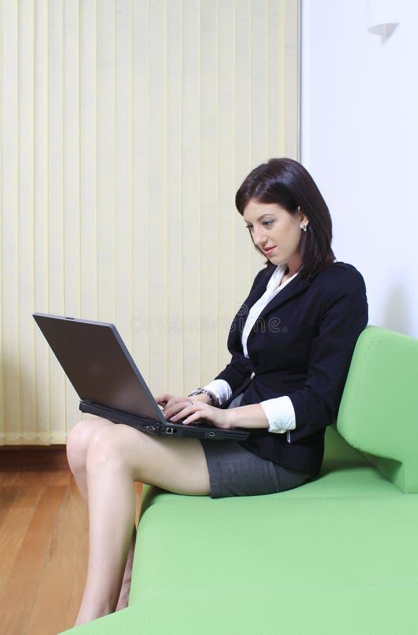 膝上型计算机办公室妇女 免版税库存照片