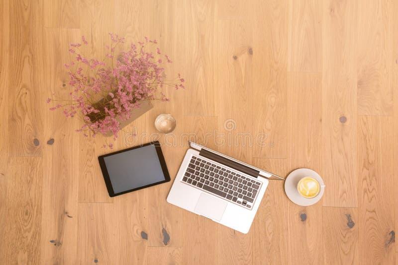 膝上型计算机和片剂有拷贝空间的在木地板上作为平的位置 免版税图库摄影