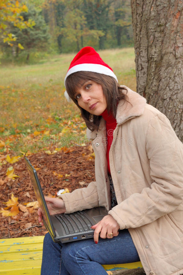膝上型计算机圣诞老人夫人 免版税库存图片