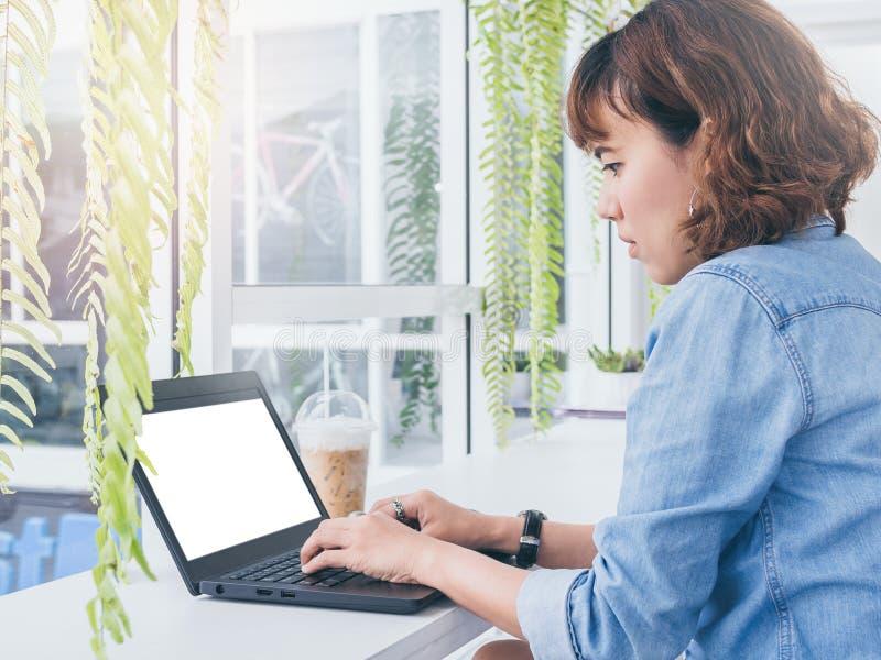 膝上型计算机妇女工作 库存图片