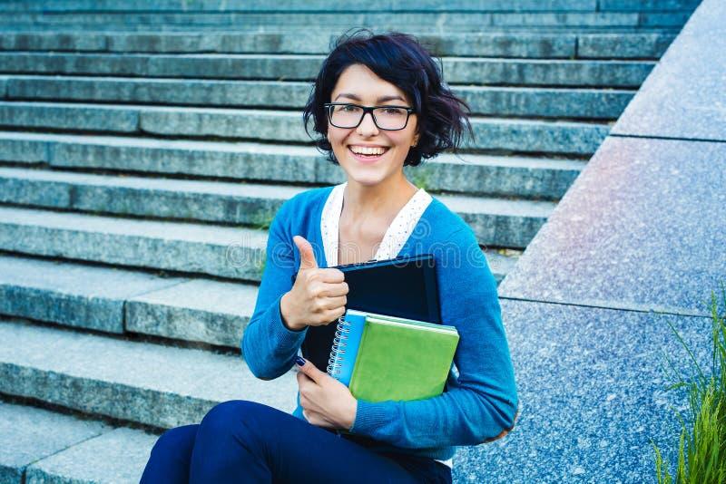 膝上型计算机学员年轻人 在网上学习户外概念 免版税库存图片