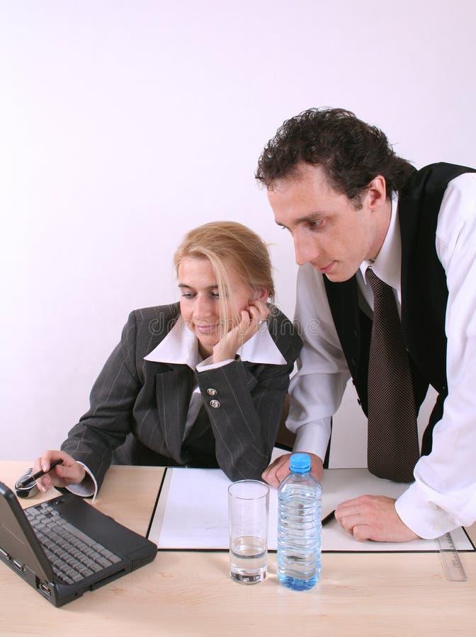 膝上型计算机工作办公室的人员二 库存图片