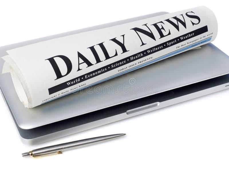 膝上型计算机报纸 免版税图库摄影
