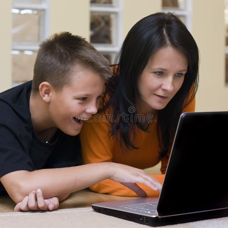 膝上型计算机母亲儿子 免版税图库摄影