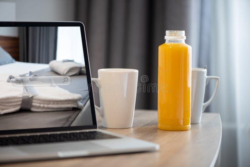 膝上型计算机的一预定的酒店房间 优质公寓保留概念 免版税图库摄影