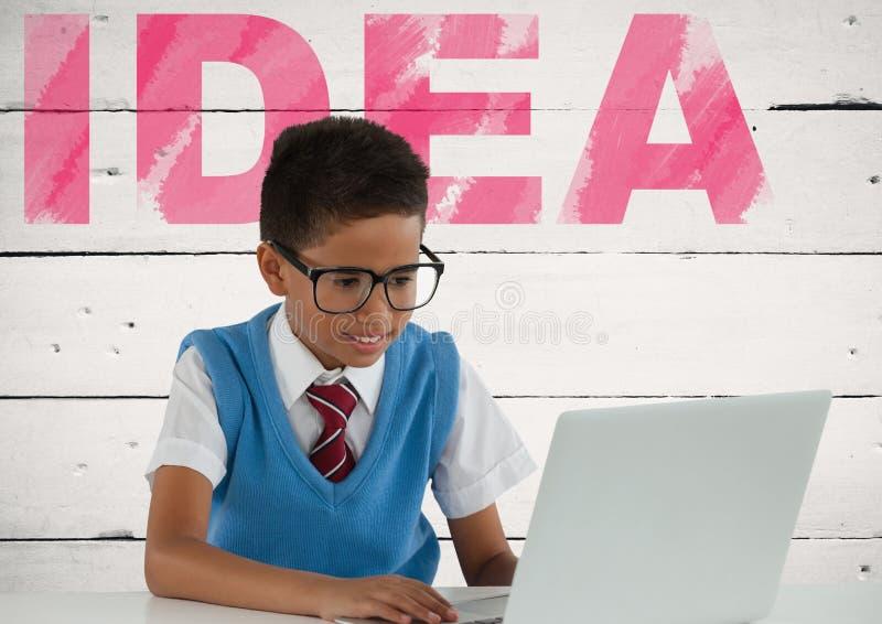 膝上型计算机的男小学生有想法文本的 库存图片