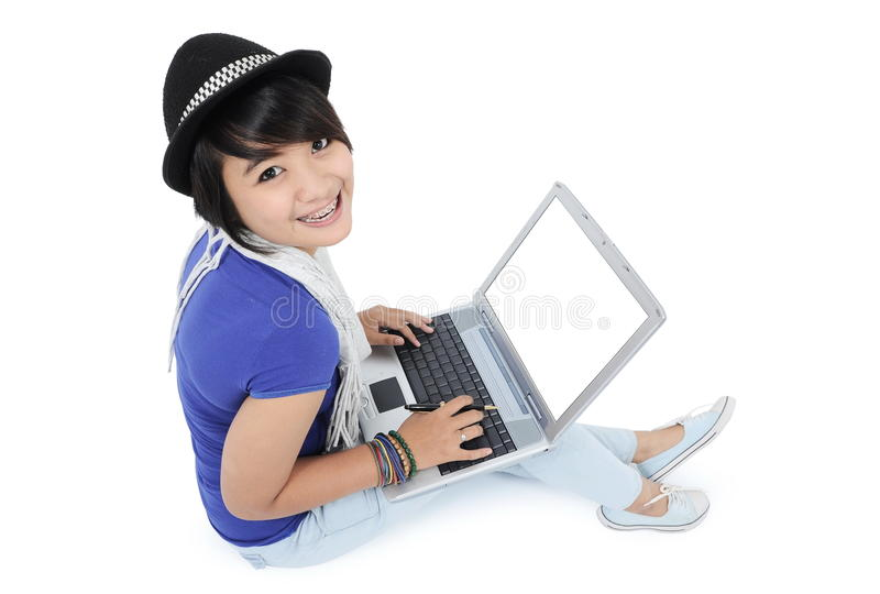 膝上型计算机的美丽的少妇 免版税图库摄影