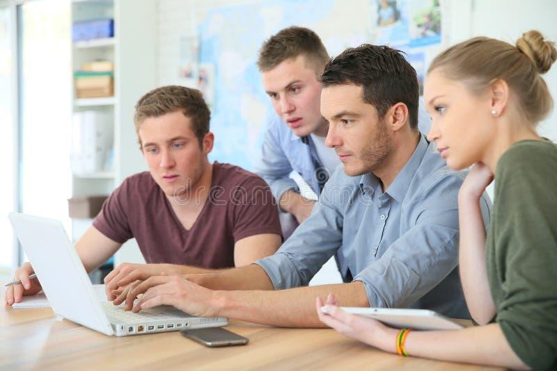 膝上型计算机的年轻学生 免版税库存图片