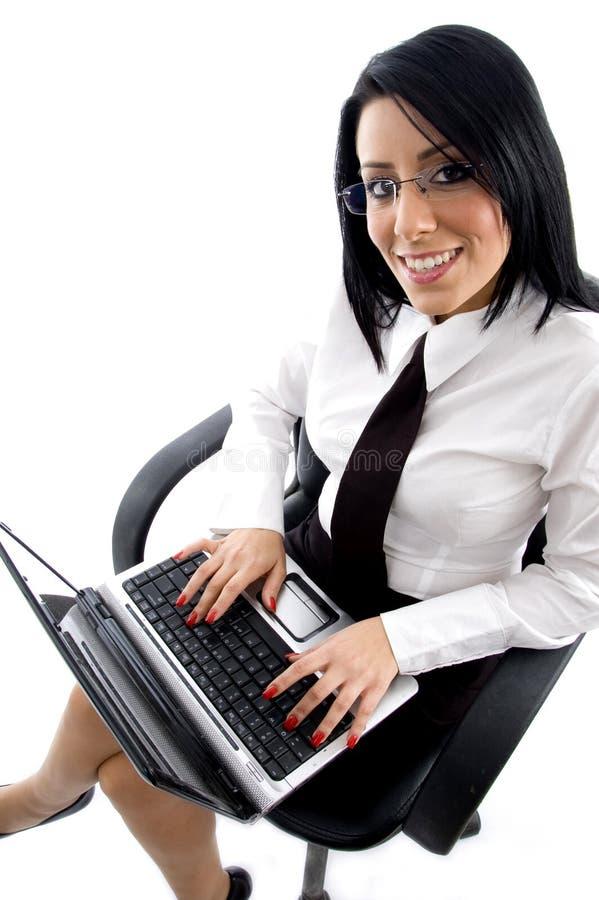 膝上型计算机经理运作的年轻人 库存图片