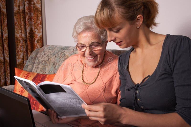膝上型计算机老妇人 库存图片