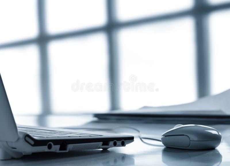 膝上型计算机鼠标工作场所 免版税库存图片