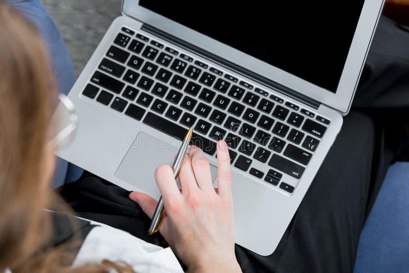 膝上型计算机,在后工作女实业家顶视图 库存照片