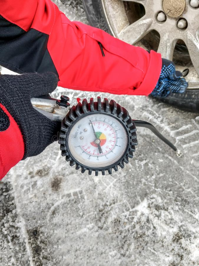 膨胀有一个气泵的车胎有压力表的 免版税库存图片