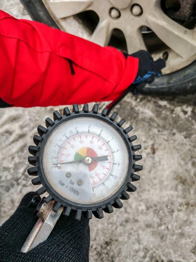膨胀有一个气泵的车胎有压力表的 库存照片