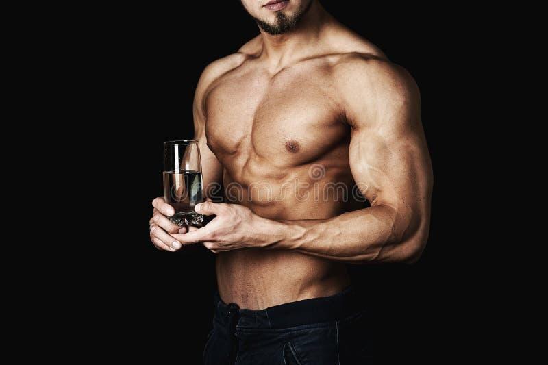膨胀的健康年轻人,拿着一杯水 健康生活方式 项目符号 图库摄影
