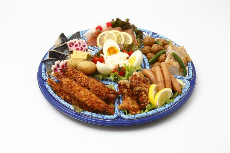 膳食的Bento用油煎的虾,香肠,煮沸了鸡蛋,柠檬a 免版税库存图片