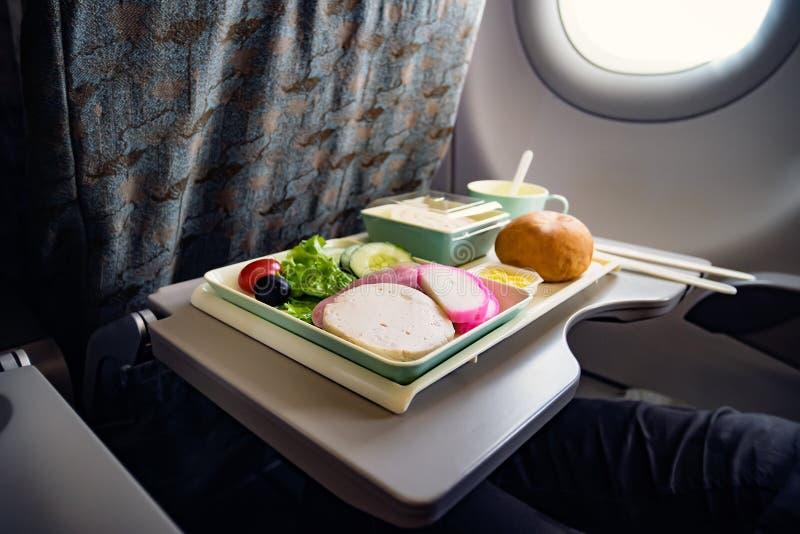 膳食经济舱 aksel 对在飞机上的食物 喂养乘客 食物集合特写镜头顶视图 香肠用沙拉和 免版税库存图片