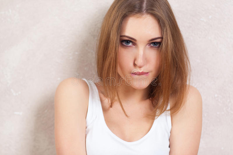 自信的女孩诱人地舔嘴唇 免版税库存图片