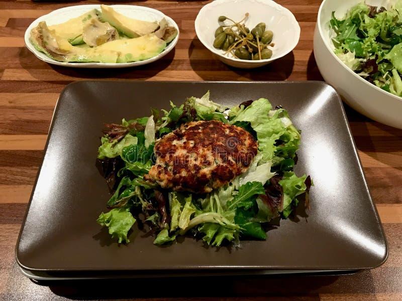 自创三文鱼鱼丸子供食用土豆、鲕梨和沙拉在板材 库存照片