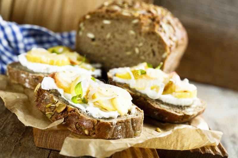 自创三明治用苹果、葱和山羊乳干酪 库存图片