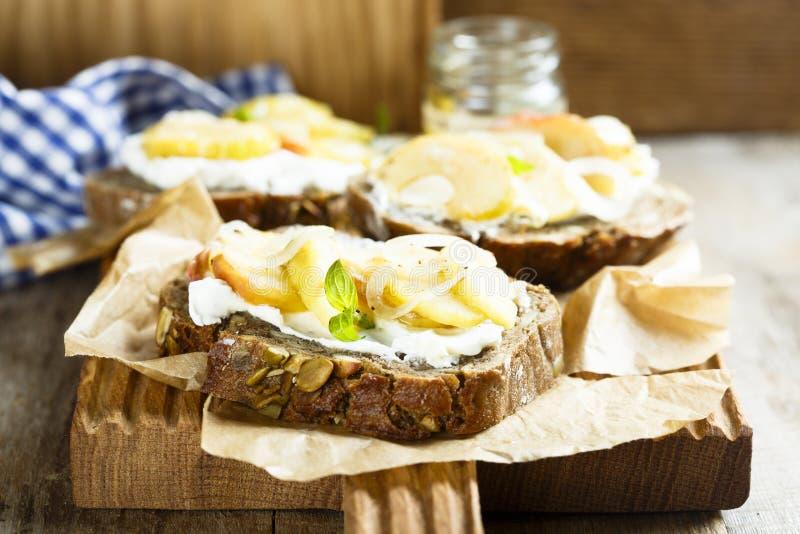 自创三明治用苹果、葱和山羊乳干酪 免版税图库摄影