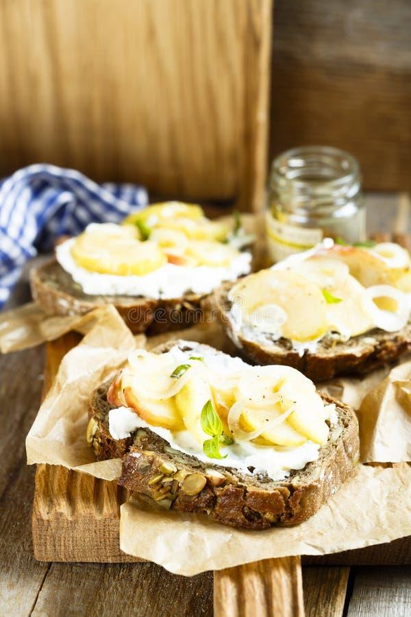 自创三明治用苹果、葱和山羊乳干酪 库存照片