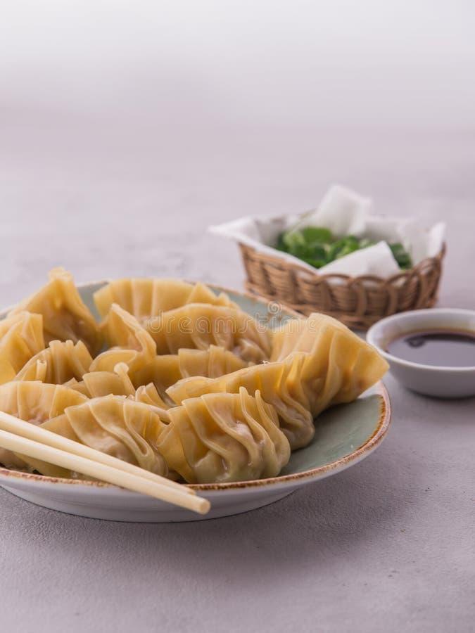 自创中国和韩语蒸的饺子 免版税库存照片