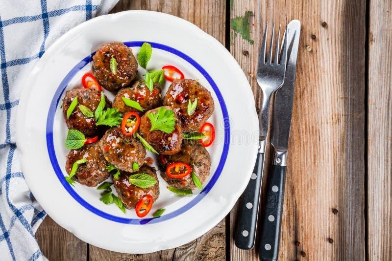 自创丸子用薄菏、葱和辣味番茄酱 库存图片