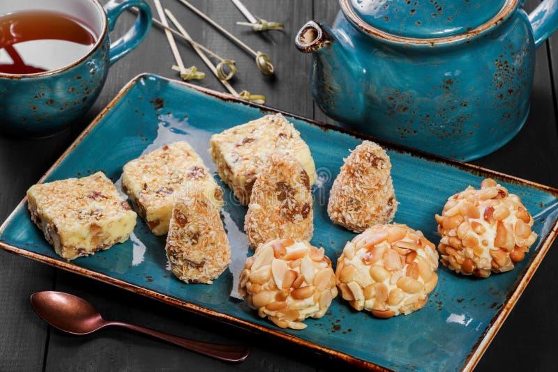 自创乳脂状的乳脂软糖糖果用椰子,葡萄干,坚果,芝麻,花生 免版税图库摄影