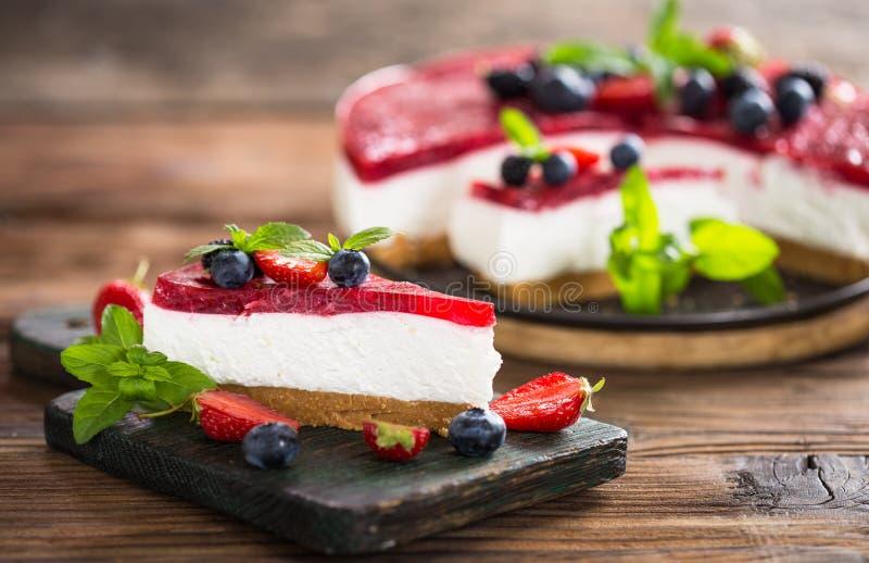 自创乳酪蛋糕用新鲜的莓果 库存照片