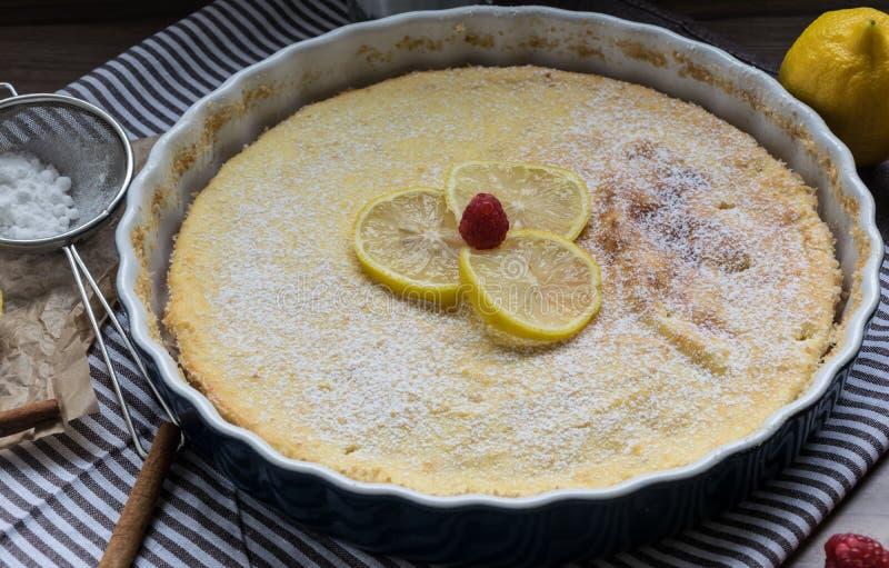 自创乳酪蛋糕用莓和柠檬 咖啡的精美点心 图库摄影