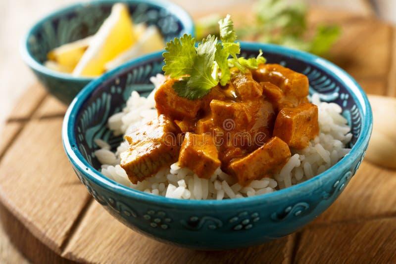 自创传统鸡咖喱用米用新鲜的草本 免版税库存图片