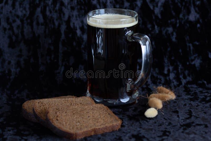 自创俄国传统饮料Kvas由在大玻璃的黑麦面包做了 免版税库存图片