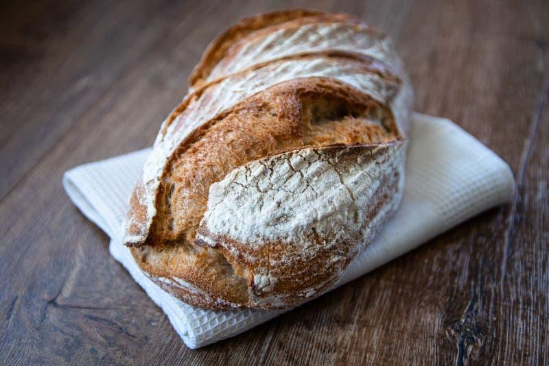 自创健康新近地被烘烤的有组织的整体五谷未膨松面制面包 库存照片