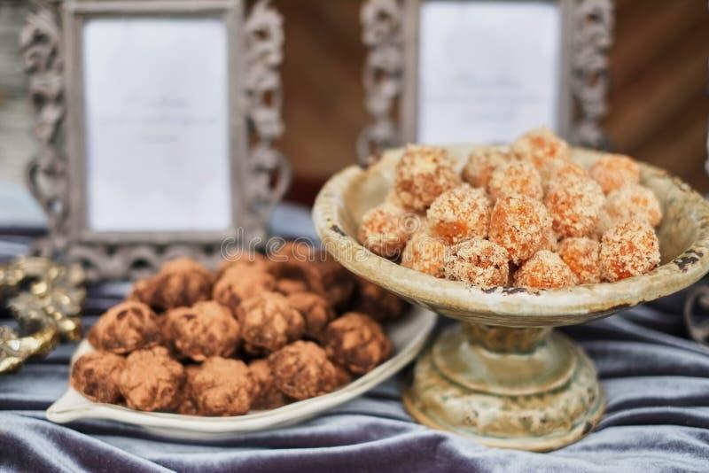 自创健康素食主义者块菌状巧克力用在碗的开心果 有机能量素食甜球 免版税库存图片