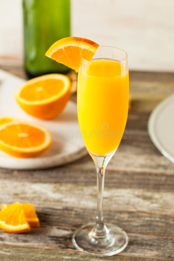 自创刷新的橙色含羞草鸡尾酒 免版税库存图片