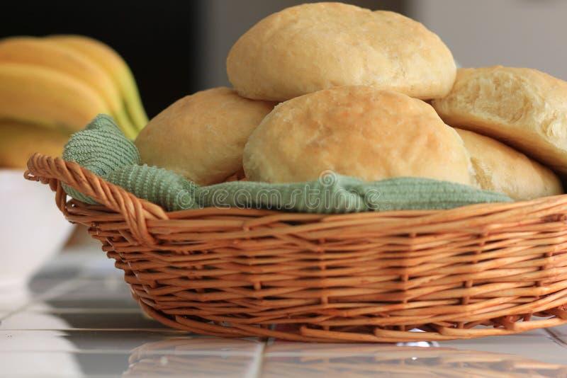自创发面面包在篮子滚动 库存照片